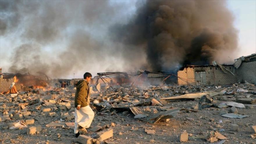 Columna de humo se eleva tras un bombardeo saudí en la ciudad de Saada, Yemen, 6 de enero de 2018. (Foto: Reuters)